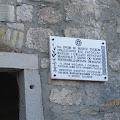 Spomen ploča postavljena na ulazni portal tamnice