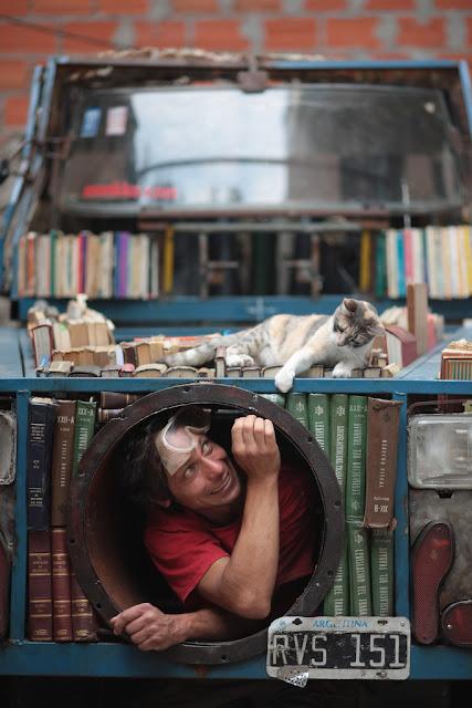 Подвижна библиотека - танк раздава книги безплатно