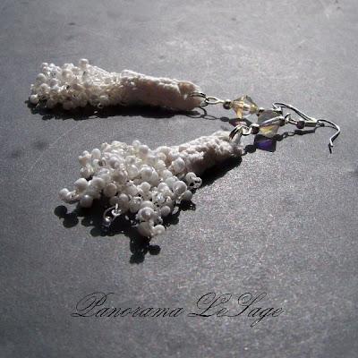 Kolczyki szydełkowe Rosa Biżuteria szydełkowa Panorama LeSage z drobnymi koralikami szklanymi Jablonex i inne białe ślubne kolczyki Rosa biżuteria ślubna