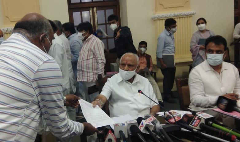 govt announce journalists as covid frontline workers | ಪತ್ರಕರ್ತರು ಇನ್ನು ಕೋವಿಡ್ ಫ್ರಂಟ್ ಲೈನ್ ವರ್ಕರ್ಸ್: ರಾಜ್ಯ ಸರ್ಕಾರ ಘೋಷಣೆ