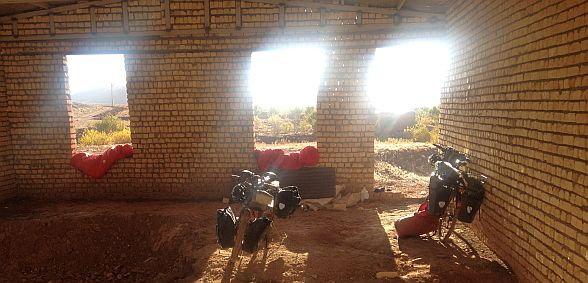Zeltplatz im Rohbau bei Kamoo, Isfahan, Iran