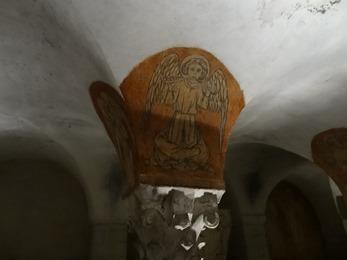 2017.06.10-068 ange musicien dans la crypte de la cathédrale