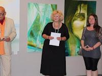 01 Rikard G. Veto, a galéria művészeti vezetője, Kutak Adrienn keramikusművész és Michaela Holotová-Bodnárová festőművész .JPG