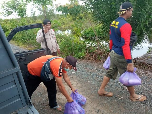 Banjir 2 Desa di Jabiren Raya Berangsur Surut, Tim Salurkan Bantuan Sembako ke Warga Terdampak