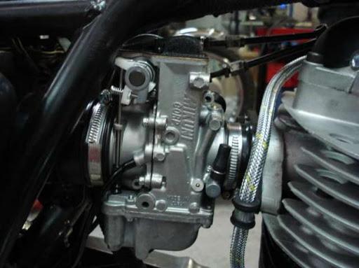 Carburateur Mikuni sur une Yamaha XT 500 rénovée par Machines et Moteurs