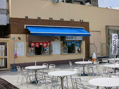 たこ焼き屋とソフトクリーム屋さんも屋上にある