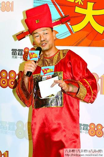 王喜前晚為其電台節目開記招,昨淩晨開咪頭炮便是打電話給傳不和的無綫死敵樂易玲。