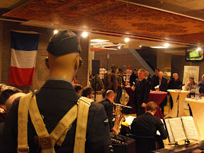 Big Band in de Entreehal van de Centrale Bibliotheek in Enschede bij de opening van de tentoonstelling over Enschede in WO2.