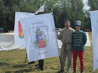 4. Egri Árpádék Somorja zászlajával.JPG