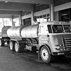1960 ongeveer_tanklokaal-tankwagen-collega
