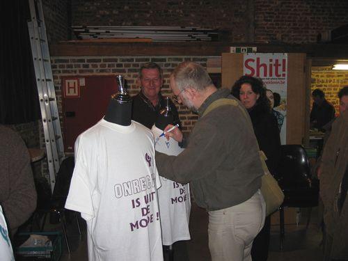 Bij het verlaten van de Cam ondertekent ook het publiek de schone kleren actie.