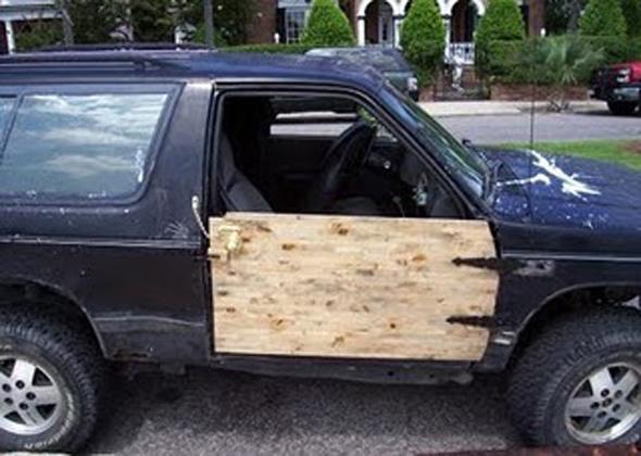 Puerta de coche de madera