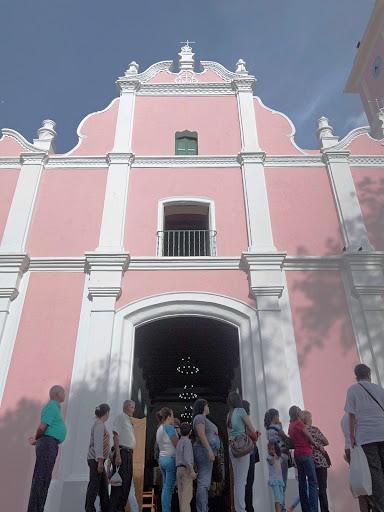 Esperando por la Palma Bendita en la Iglesia de Petare