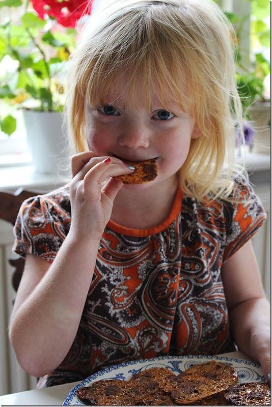 Min dotter Alice smakar på ett Dumle-chips.