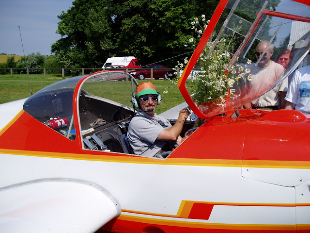 Carlo efter sin første soloflyvning i Motorfalke
