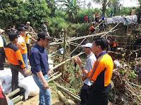 Wakil Bupati Rembang Bayu Andriyanto meninjau pembuatan jembatan darurat yg menghubungkan dukuh Tegalgeneng dengan desa Sale