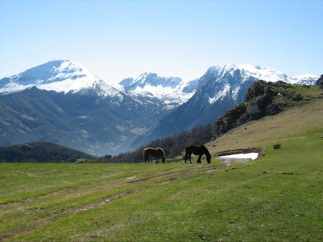 Rutas Montaña Asturias: Vega la Cueva con la zona de Ubiña detrás