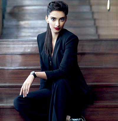 BOLLYWOOD HOT ACTRESS SONAM KAPOOR STYLISH FASHIONABLE SEXY PICS HOT PHOTOS BEING INDEPENDENT IS VERY SEXY