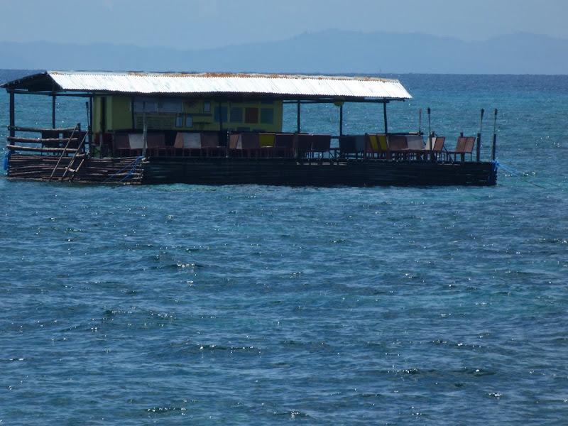 Malapascua.  Bar flottant