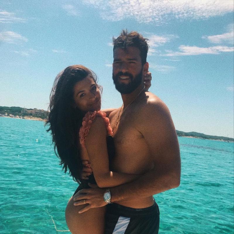 Alisson posa coladinho na esposa em férias na Itália