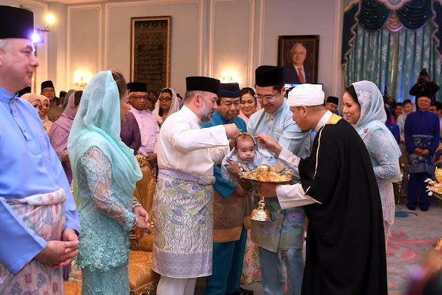 Seri Paduka Baginda Yang di-Pertuan Agong, Sultan Perak, dan Sultan Selangor berkenan mencemar duli hadir ke Majlis Cukur Jambul dan doa selamat cucunda Najib