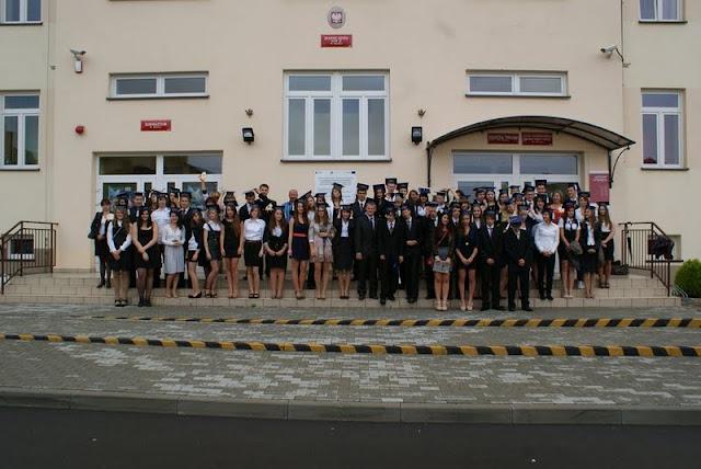 Zakończenie Gimnazjum przed budynkiem bis - DSC08126_1.JPG