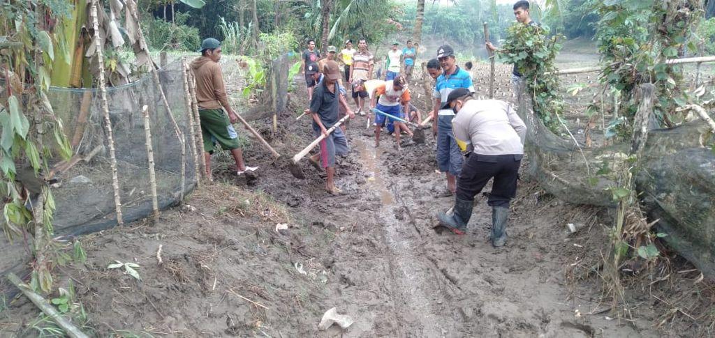 Bhabinkamtibmas Polsek Marioriwawo Polres Soppeng Giat Gotong Royong Bersama Warga