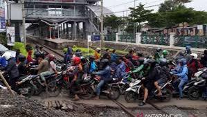 Pengendara Motor Menyeberang Perlintasan Kereta Api Di Stasiun Cibitung
