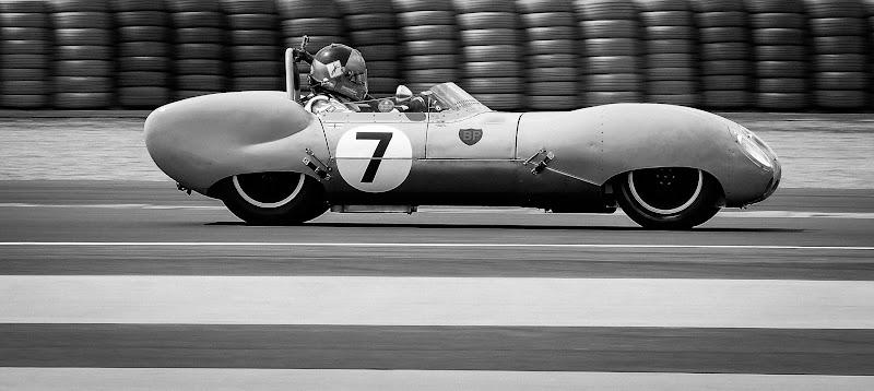 historische racewagen met stapels banden op de achtergrond