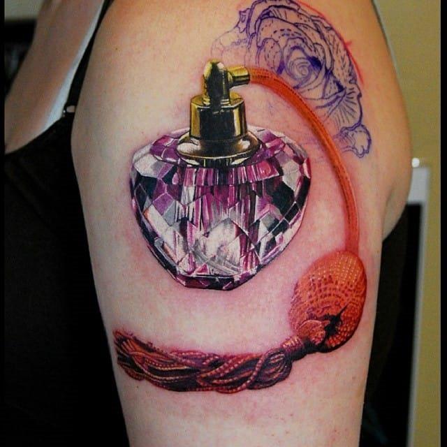 gem_perfume_braço_de_tatuagem