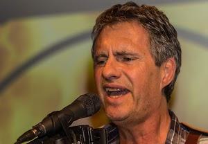 Bob Valid am Mikrofon.