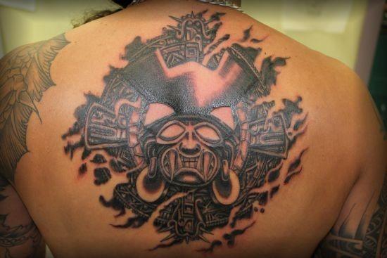 incrvel_asteca_medalho_de_design_de_tatuagem_nas_costas