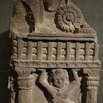 Base d'un montant de balustrade orné d'un yaksa-atlante. Madhya Pradesh (?). Epoque sunga 2e s. ou début du 1er s. av. J.-C. Grès rouge. MA 3300.