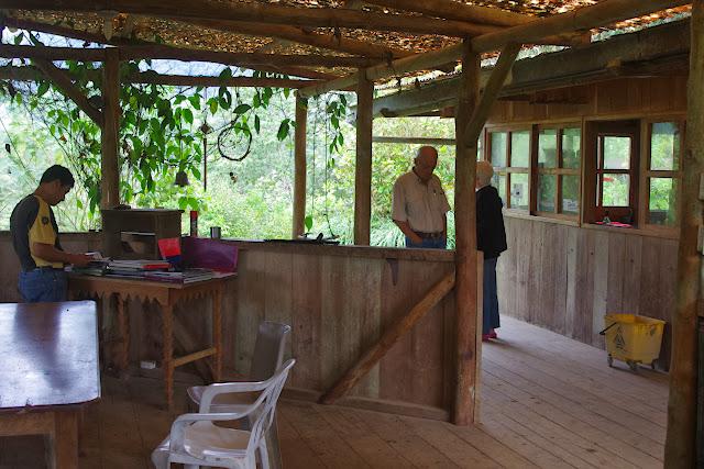 Los Cedros (1400 m) : l'entrée du restaurant. Montagnes de Toisan, Cordillère de La Plata (Imbabura, Équateur), 21 novembre 2013. Photo : J.-M. Gayman