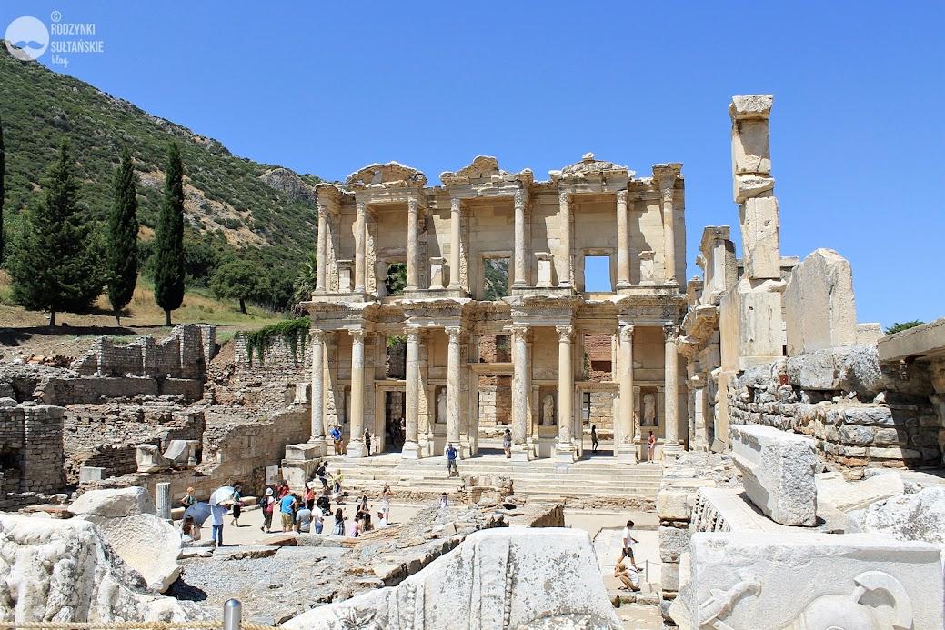 Biblioteka Celsusa. Choć była to jedna z największych bibliotek na świecie, budynek powstał dla upamiętnienia Tyberiusza Juliusza Celsusa Polemenusa; zawiera też jego sarkofag. Budynek wybudował syn Celsusa, konsul Gajusz Juliusz Akwila.