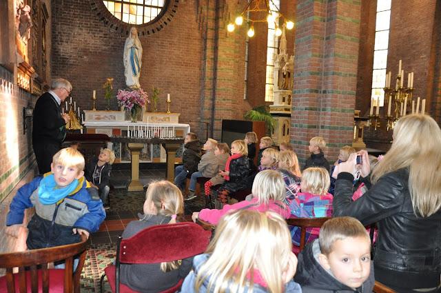 Kleuters bezoeken Martinuskerk - DSC_0047.JPG