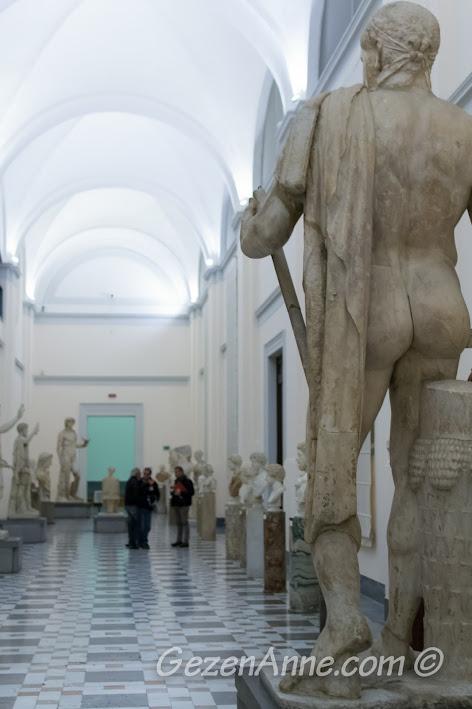 Napoli'deki Arkeoloji Müzesi içindeki heykeller