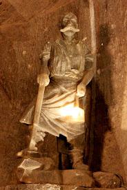 Escultura de un minero en las minas de sal de Wieliczka