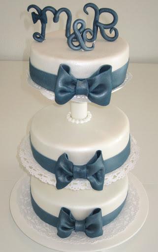 851- Bruidstaart wit met blauwe strikken.JPG