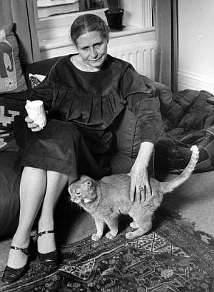 Doris Lessing and a cat 2