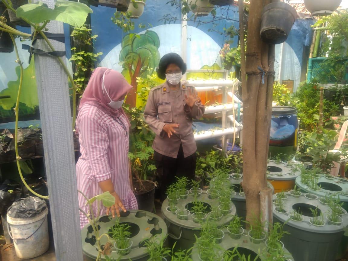 Personel Polres Cirebon Kota Polda Jabar Cek di Kampung Tangguh Lodaya