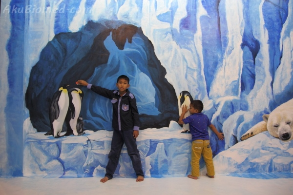bermain penguin di Magic Art Museum