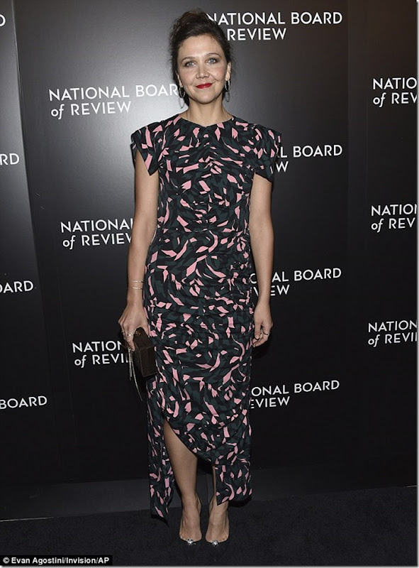 3BDAC30A00000578-4089498-Fancy_Fellow_actress_Maggie_Gyllenhaal_39_stepped_out_for_the_Ga-a-49_1483591162113