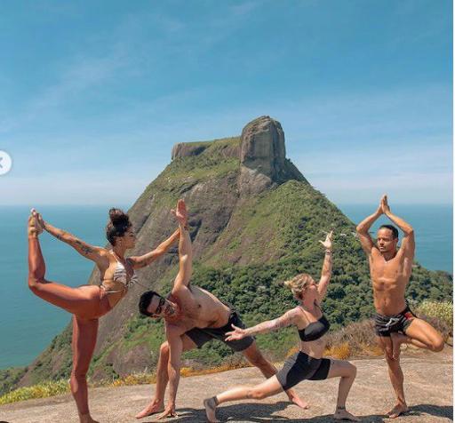 Aline Riscado exibe o corpão ao fazer posições de ioga