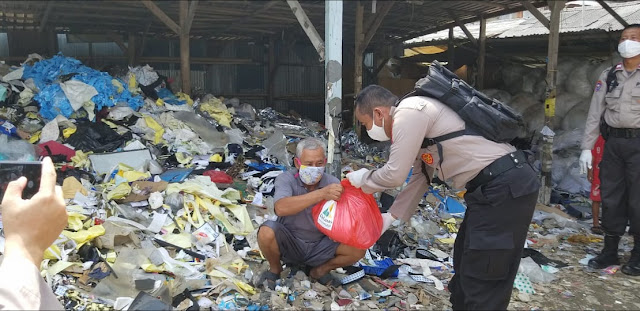 Bantu Warga Terdampak Covid-19, Polsek Cikarang Pusat Bagikan Sembako