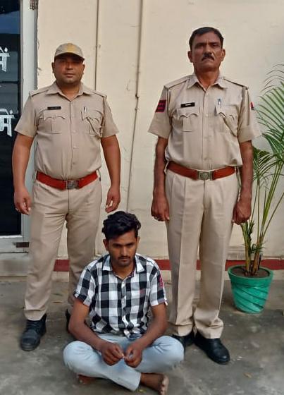 रीट परीक्षा में चप्पल के चीरा लगाकर मोबाइल डिवाइस से नकल करते हुए मुन्नाभाई गिरफ्तार व इलेक्ट्रोनिक्स डिवाईस, मोबाईल सीम बरामद