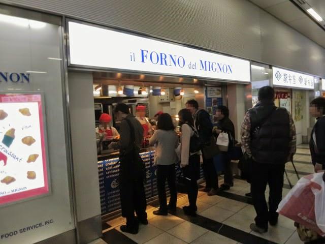 行列のできてるミニヨン博多駅の店頭
