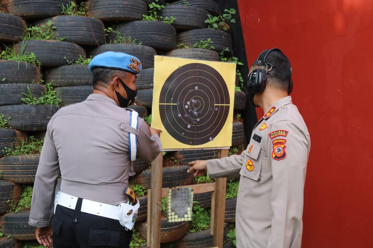 Kapolres Majalengka Bersama Anggota Melaksanakan Kegiatan Latihan Menembak