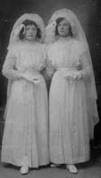 Monden,  Adrienne en Maria Communiefoto 1914.jpg