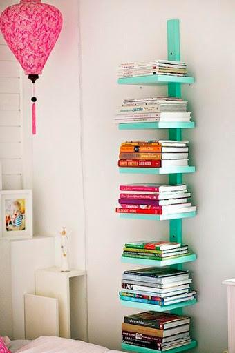 Estante de livros reciclada com sobras de madeira